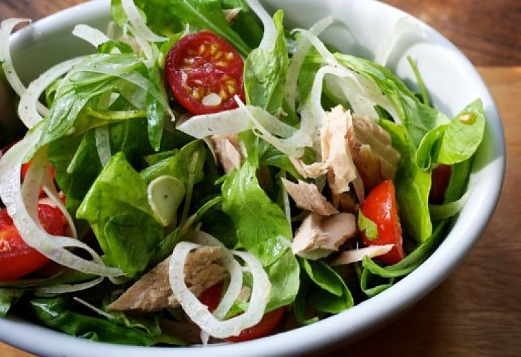 Salads with or without chicken, meat, cheese or tofu are a great choice for snacks under 200 calories. The bulk of these meals is a bonus for filling you up